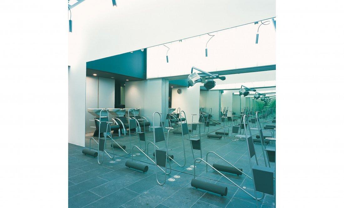 apezteguía architects_peluquería _lateral con sillones